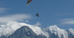 Paraglider_in_flight_in_front_of_Mont_Blanc